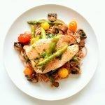 Speltpasta met frisse zalm, gegrilde asperges en wilde paddenstoelen.