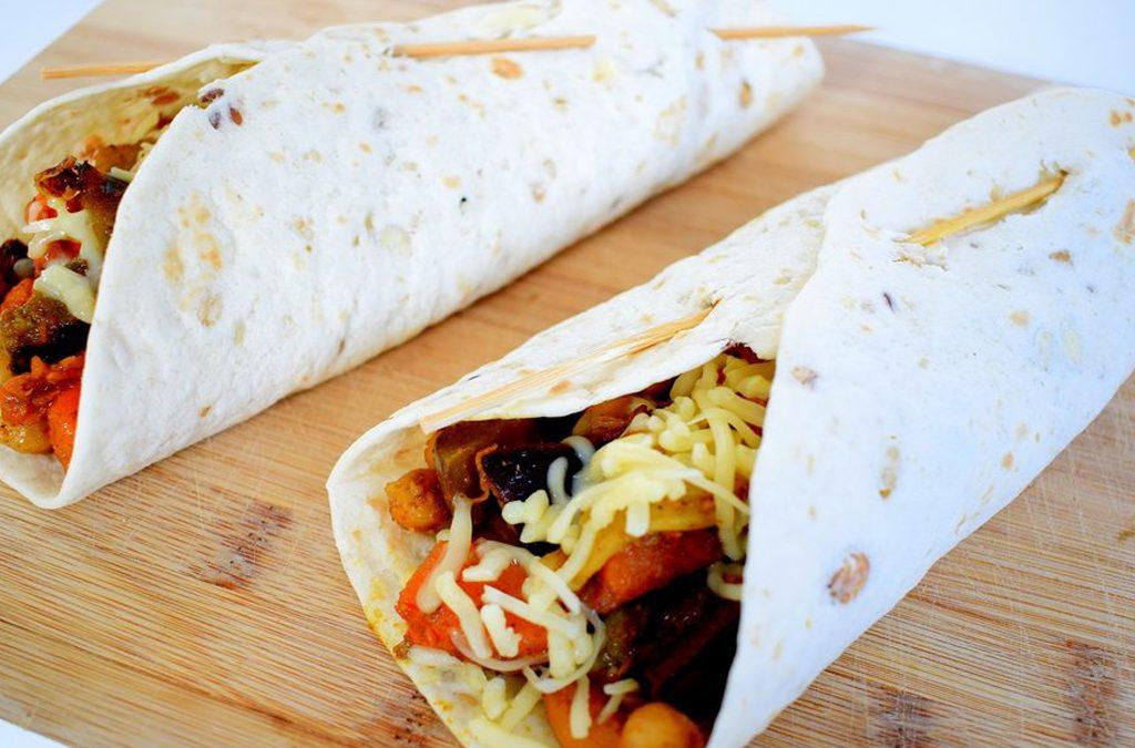 Rijk gevulde milde curry wraps met gegrilde groente