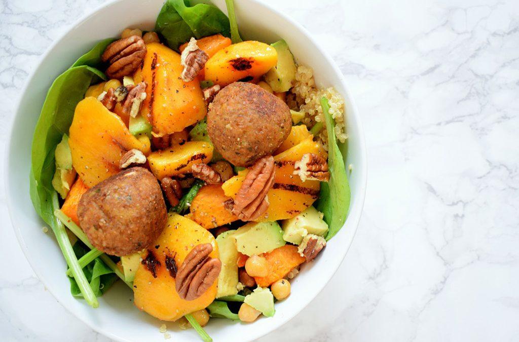 Gezonde quinoa salade met falafel en gegrilde perzik