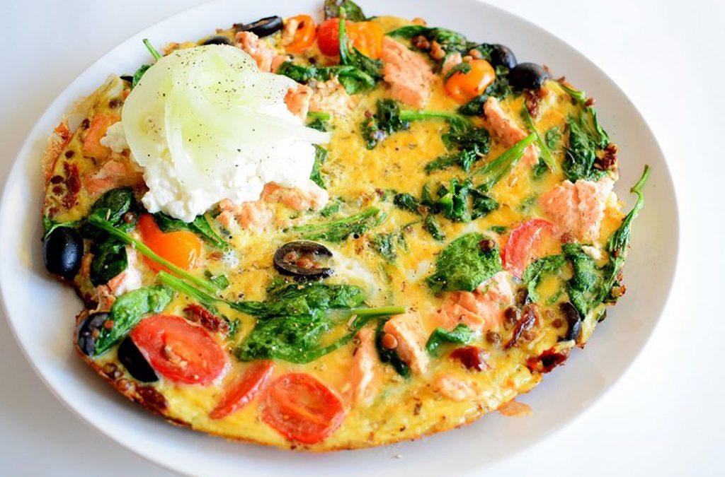 Easy omelet: rijk gevuld met kruidige zalm