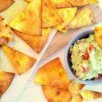 Gezonde tortilla chips met home made guacamole dip