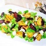Warme bieten salade met geitenkaas en walnoten