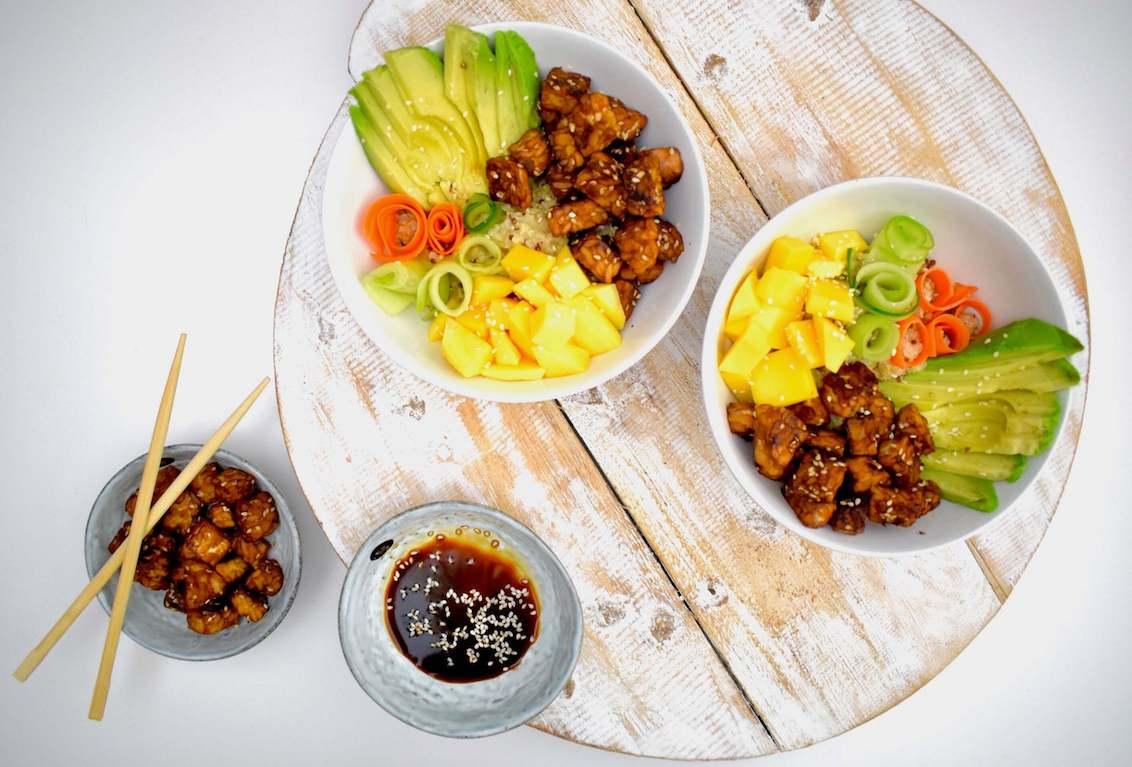 Poké bowl (vegan!) met tempeh en mango | Vegan recept