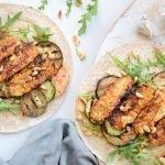 Wraps met gegrilde groente, hummus en gekruide tempeh