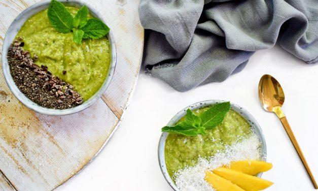Groene smoothie bowl met mango