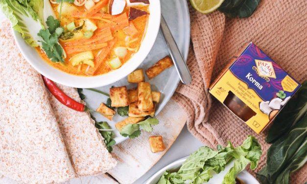 Kokos curry soep met noedels en gebakken tofu
