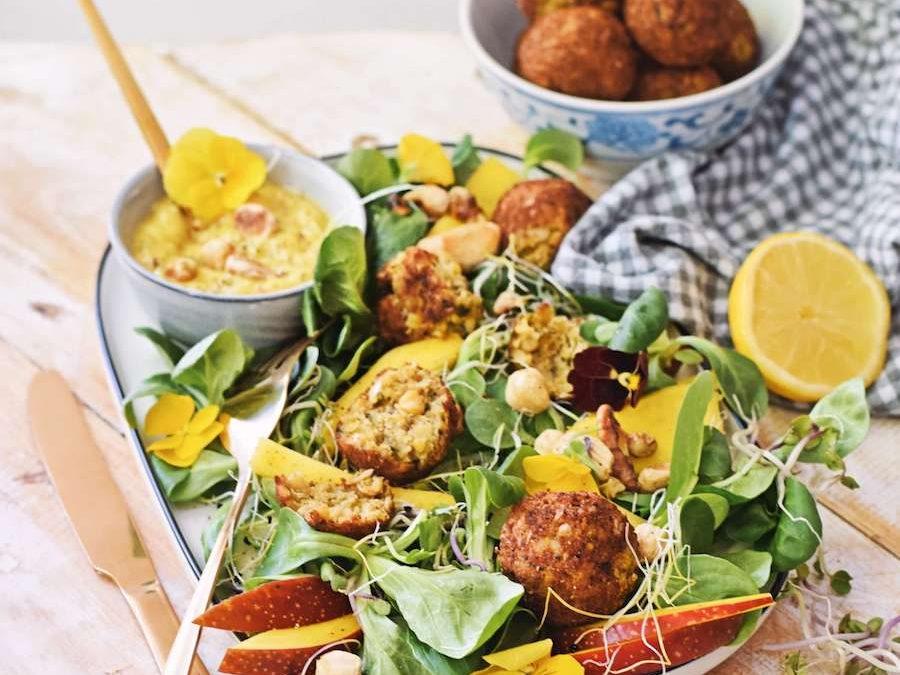 Falafel salade met mango en geroosterde cashewnoten