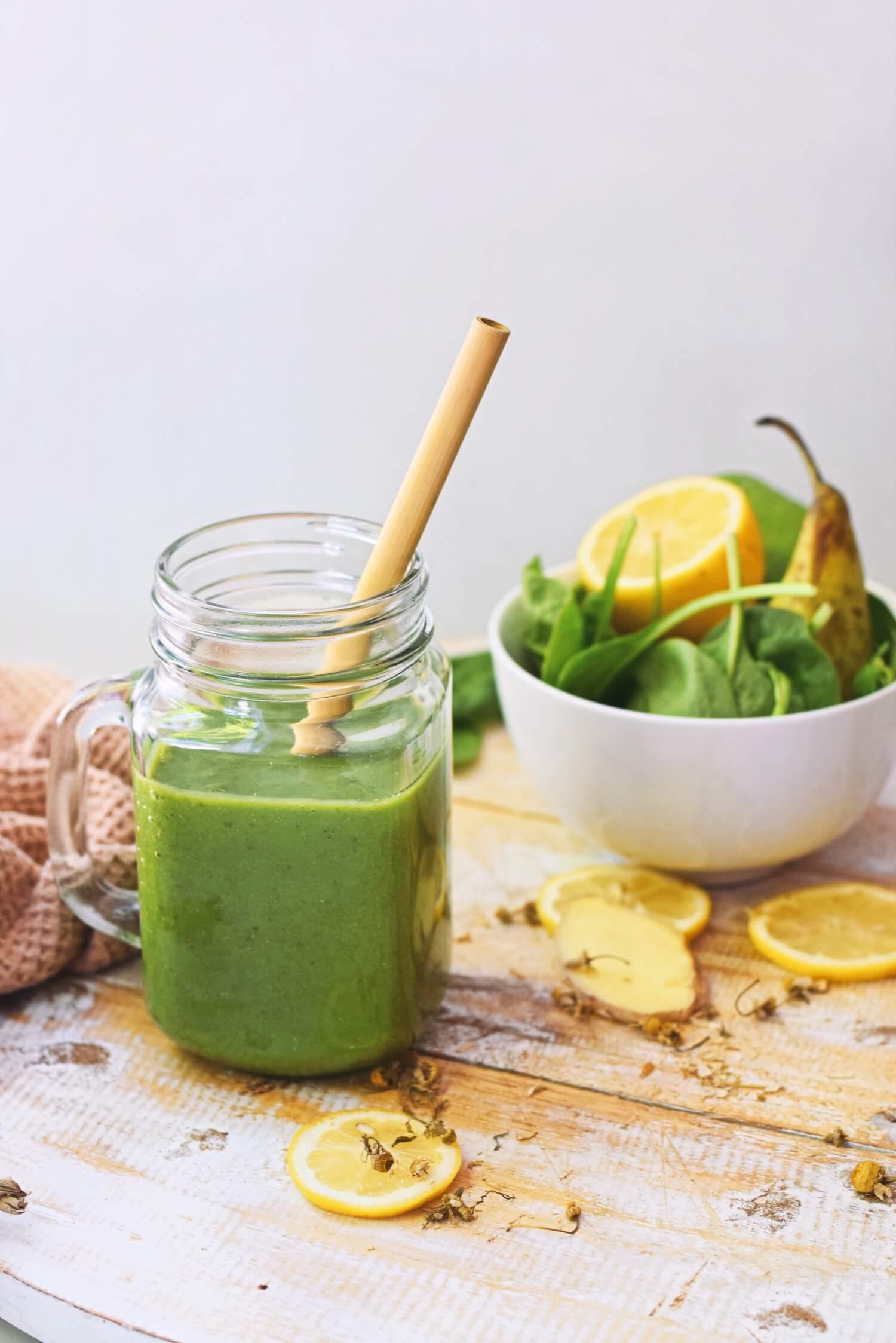 Groene smoothie met peer en gember