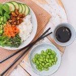 Vegetarische poké bowl met tempeh