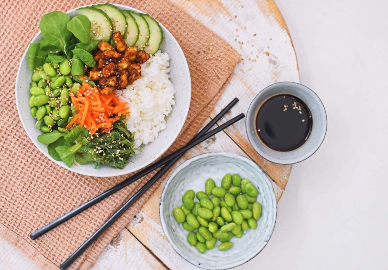 Vegetarische poké bowl met tempeh | Gezond recept