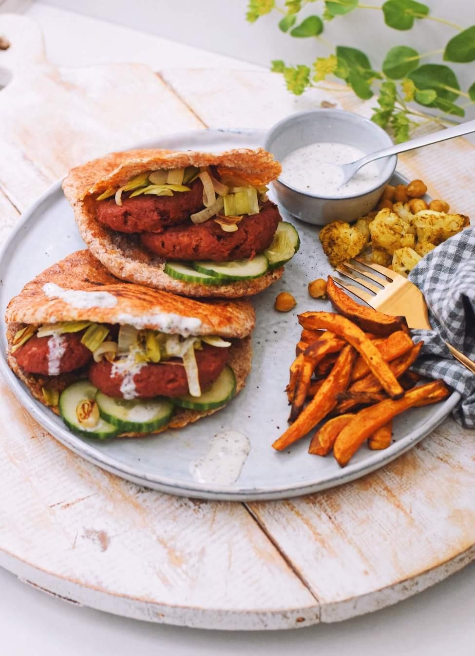 Geroosterde pitabroodjes met vegetarische hamburger