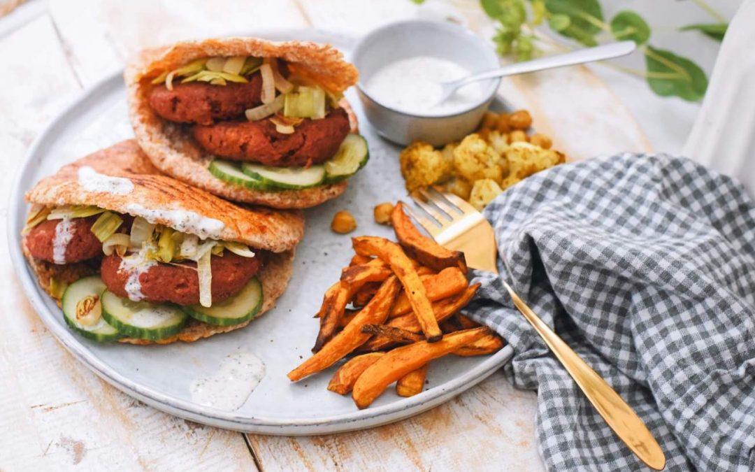 Geroosterde pitabroodjes met vegetarische hamburgertjes