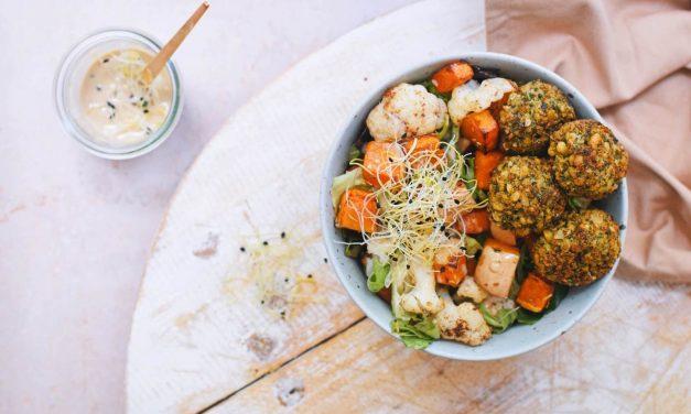 Salade met geroosterde pompoen, falafel en een tahini dressing