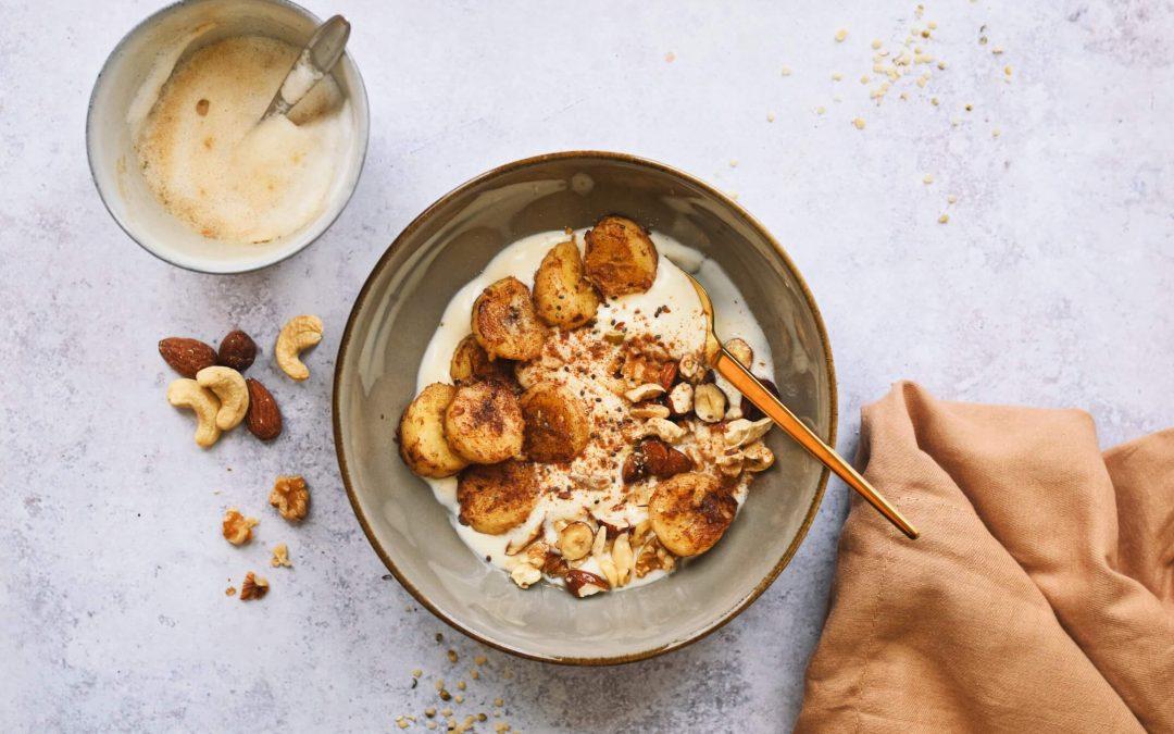 Makkelijk gezond ontbijt recept: plantaardige yoghurt, gebakken banaan en een noten crumble