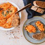 Geroosterde bruschetta met een spread van wortel en paprika | Pasen recept