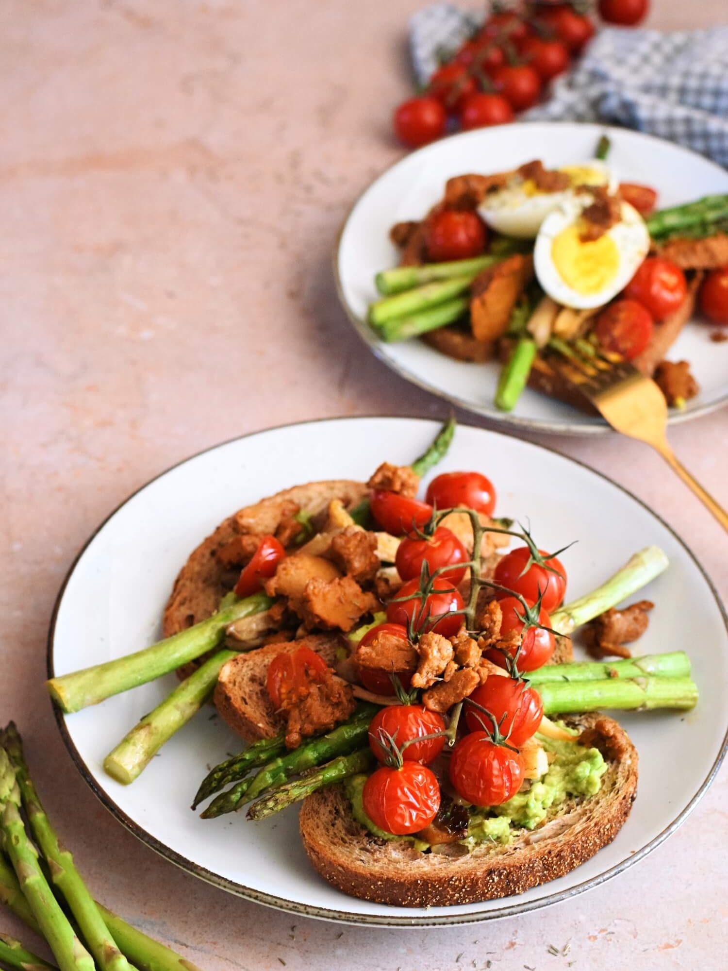 Smashed avocado toast met geroosterde tomaatjes en asperges | Vegan recept